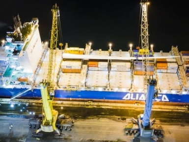 Giant wind blades are largest non-container cargo loaded